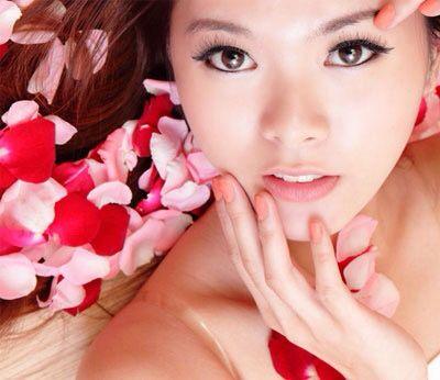 Le donne giapponesi sono famose per la loro bellezza e per la cura quotidiana della pelle. Alcuni dei migliori segreti di bellezza giapponesi possono essere utilizzati da tutte le donne che vogliono sottolineare il loro fascino naturale, in modo semplice ed efficace. 5 giorni dedicati alle linee di skincare SENSAI, le soluzioni giapponesi di trattamento viso più prestigiose al mondo. Se ami la semplicità e la cura della pelle con trattamenti di bellezza naturali, vieni a trovarci! Dal 9 al…