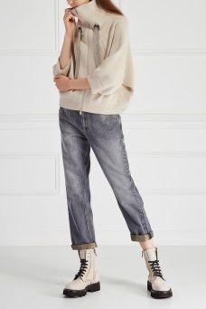Джинсы с потертостями Brunello Cucinelli. Укороченные джинсы прямого покроя из коллекции бренда Brunello Cucinelli. Модель на средней посадке с традиционными пятью карманами. В качестве отделки выступают выбеленные участки, которые имитируют эффект потертости. Такая вещь дополнит ваш повседневный гардероб, предоставляя большой простор для вариантов комбинирования.