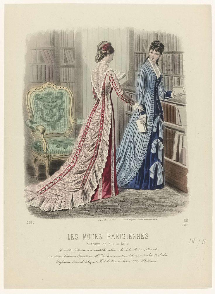 Anonymous | Les Modes Parisiennes, 1878, No. 1782 : Spécialité de Costumes,..., Anonymous, Huguet, Lucien Marc, 1878 | Twee vrouwen, van wie één op de rug gezien, in een bibliotheek; zij staan met enkele boeken in de handen bij een boekenkast. Onder de voorstelling enkele regels reclametekst voor verschillende producten. Prent uit het modetijdschrift Les Modes Parisiennes (1843-1885).