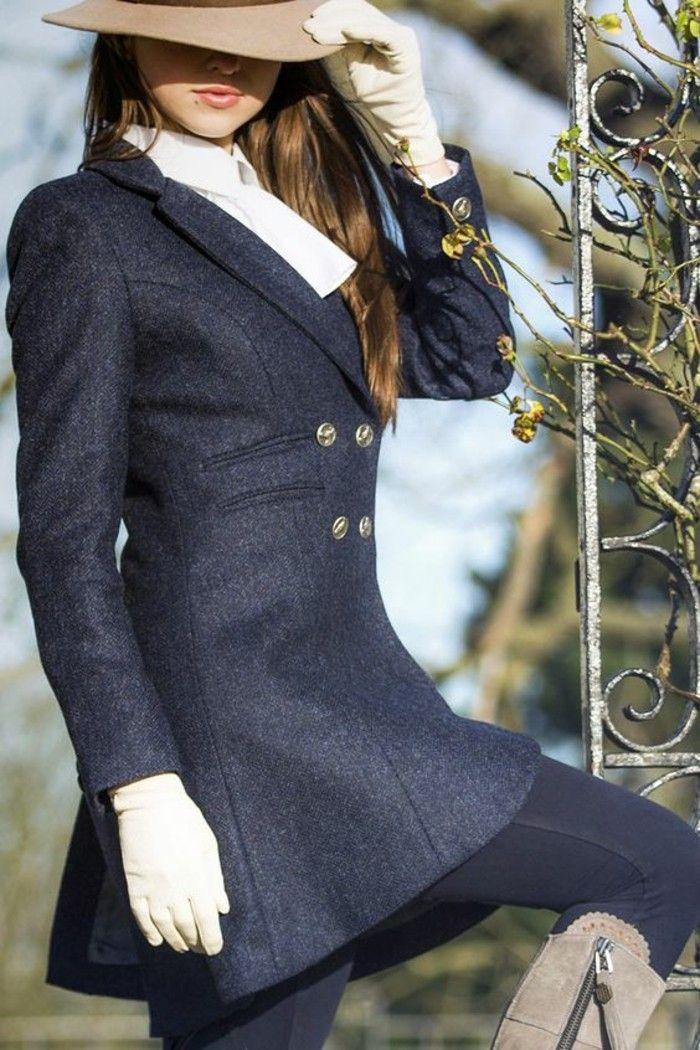 un manteau cintré femme à aspect vintage, un chapeau beige à longs bords