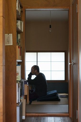 光と風を感じる小さな家のゆたかな空間 | 100%LiFE 和室は勾配天井の最も低い部分にあたるため、天井高が抑えられ