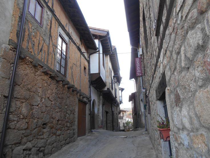 Calle con desniveles en barrio del castillo.