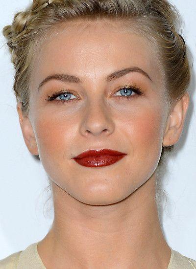 Bei blauäugigen Blondinen wie Julianne Hough ist dunkelroter Lippenstift besonders ausdrucksstark.