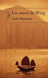 """En el Club de Lectura de Murchante estamos leyendo .. """"Los mares de Wang"""". Gabi Martínez narra el viaje que hizo por la costa china junto a su traductor Wang, un veinteañero del interior que jamás había visto el mar y nos conduce en su periplo hasta las orillas de una realidad aparentemente remota, pero inevitablemente inmediata. Nos asoma a lo inminente...   Y lo mejor: el autor estará con nosotros, mediante videoconferencia, el día de la tertulia: jueves 15 de marzo a las 19h. Estáis…"""