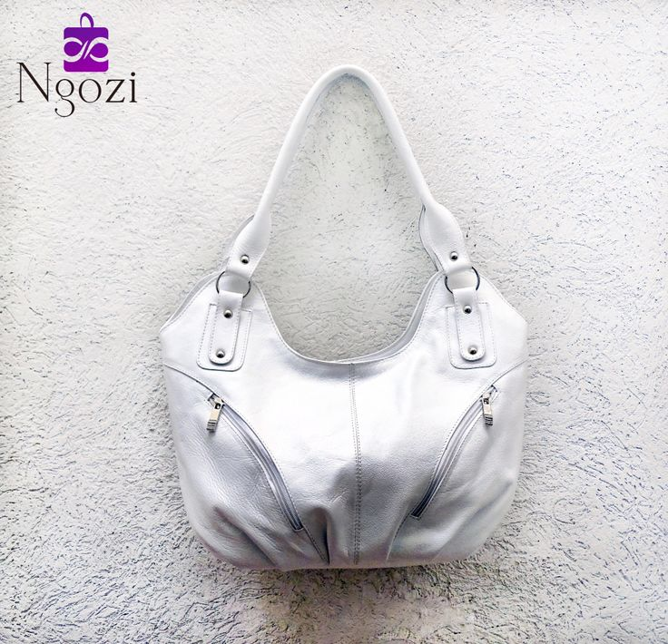 #2001 - Bolso Cuero Blanco / Tamaño: 25cm x 44cm / Descripción: 2 bolsillos internos, 3 bolsillos externos, doble servicio.