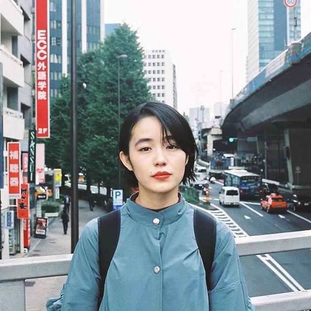 BRIDGE  小松圭介 ナチュラルモダン ナチュラルの中に東京らしいモダンさ感じるヘアスタイル。 僕の売りです。 この写真を撮っている時 3月9日 の曲が僕の頭の中にずっと流れました。  #ショートボブ #ナチュラルコーデ #黒髪ボブ  #外ハネ #赤リップ #フィルム写真部  #耳かけボブ #耳かけショート #シンプルライフ #装苑  #タイトシルエット #大人ショート #komatsukeisuke