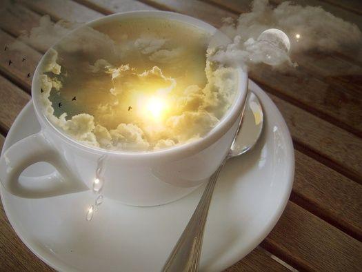 Обои Чашка с напитком, в которой изображается небо, солнце, облака из пара, луна, и стая летящих птиц