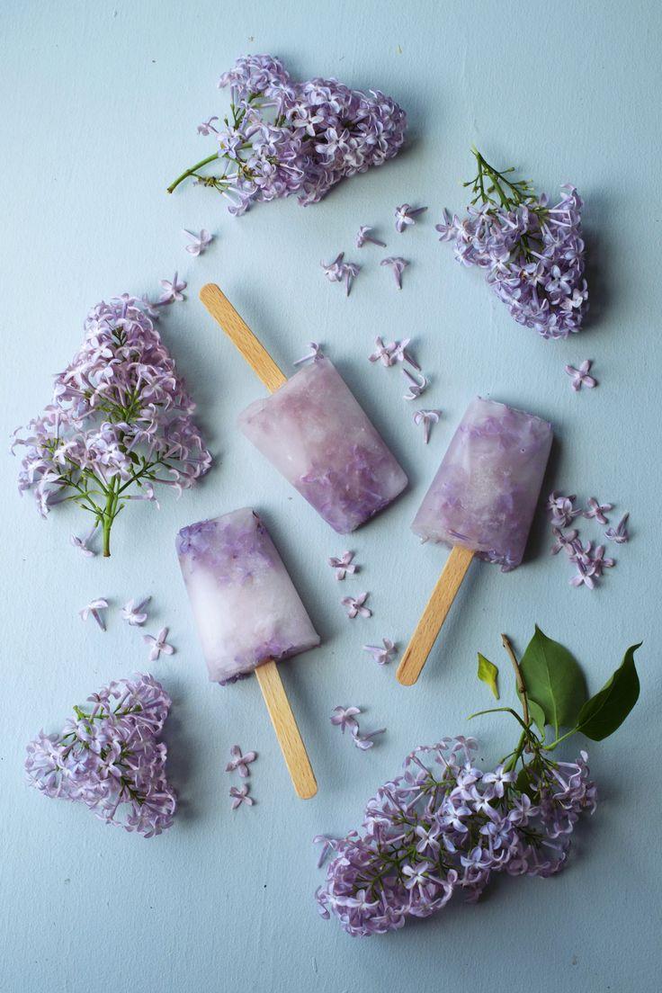 [ Enkla hemmagjorda syrénglasspinnar ] 2 dl koncentrerad hemmagjord syrensaft  / 4 dl kallt vatten   Blanda den koncentrerade syrensaften med vatten. Rör om. Häll saftblandningen i glassformar. Lägg i några syrenblommor (inga gröna delar) i varje form. Tillsätt ett par stycken blommor så blir det både vackert & gott. Frys glassen.