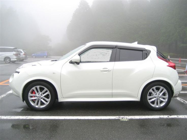 Nissan Juke White on White. Cute and subcompact SUV MPG 27 city / 32 HIghway