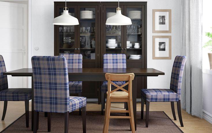 Tavolo allungabile marrone-nero, sedie con fodera a scacchi e vetrina