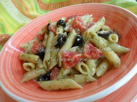 pasta con pesto di rucola, ricetta facile veloce e leggera. con pomodorini e olive nere, che danno sapore al pesto dal sapore delicato