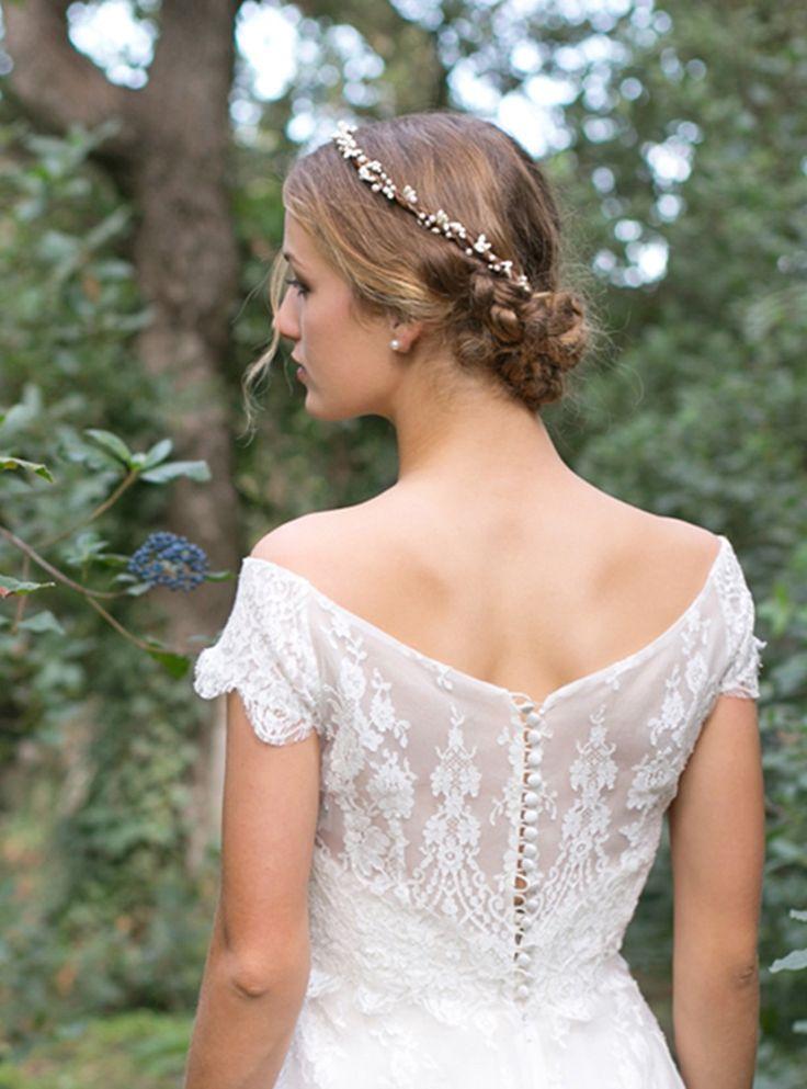 La belle couronne Sophia et ses perles d'eau douce. Robe Rue de seine chez Olympe Mariage #englishgardencollection #olympemariage #mariage #couronne #perledeaudouce #baies #ivoire #naturelle #bohemian #hairstyle #bridesmaid