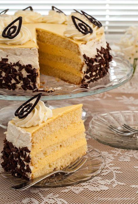 Advocaattaart - Heerlijk luchtige taart gevuld met 2 lagen advocaatmousse. Super zacht van smaak!