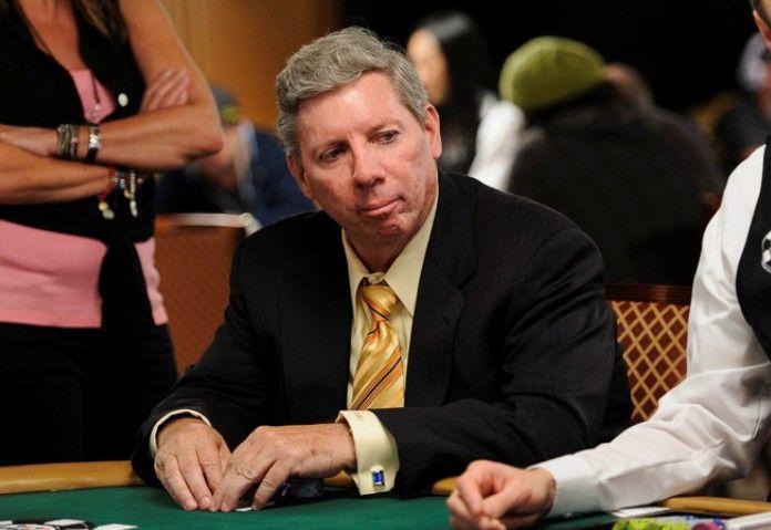 Автобиография Майка Секстона выйдет в 2016 году.  Легендарный комментатор World Poker Tour (WPT), игрок в покер и член Зала славы покера (Poker Hall of Fame) Майк Секстон (Mike Sexton) в следующем году выпустит автобиографию под названием «Life's a Gamble» (Жизнь — азартная игра).