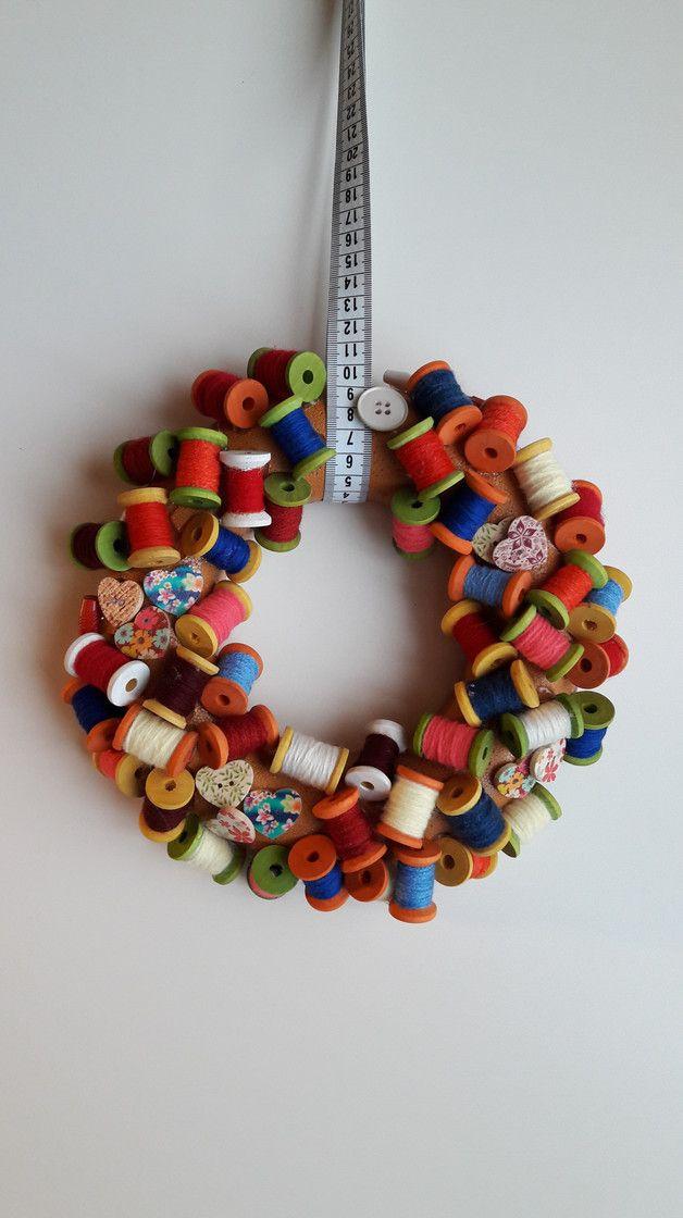 Türkranz für Hobbynäherinnen bestehend aus Holzspulen mit buntem Nähgarn und einem Maßband als Aufhänger/ door wreath with colorful sewing yarns and measuring tape made by Michaelas -Designunikate via DaWanda.com