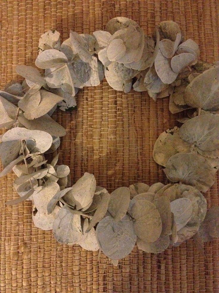 En krans Euca Luptus som er sprayet hvit !