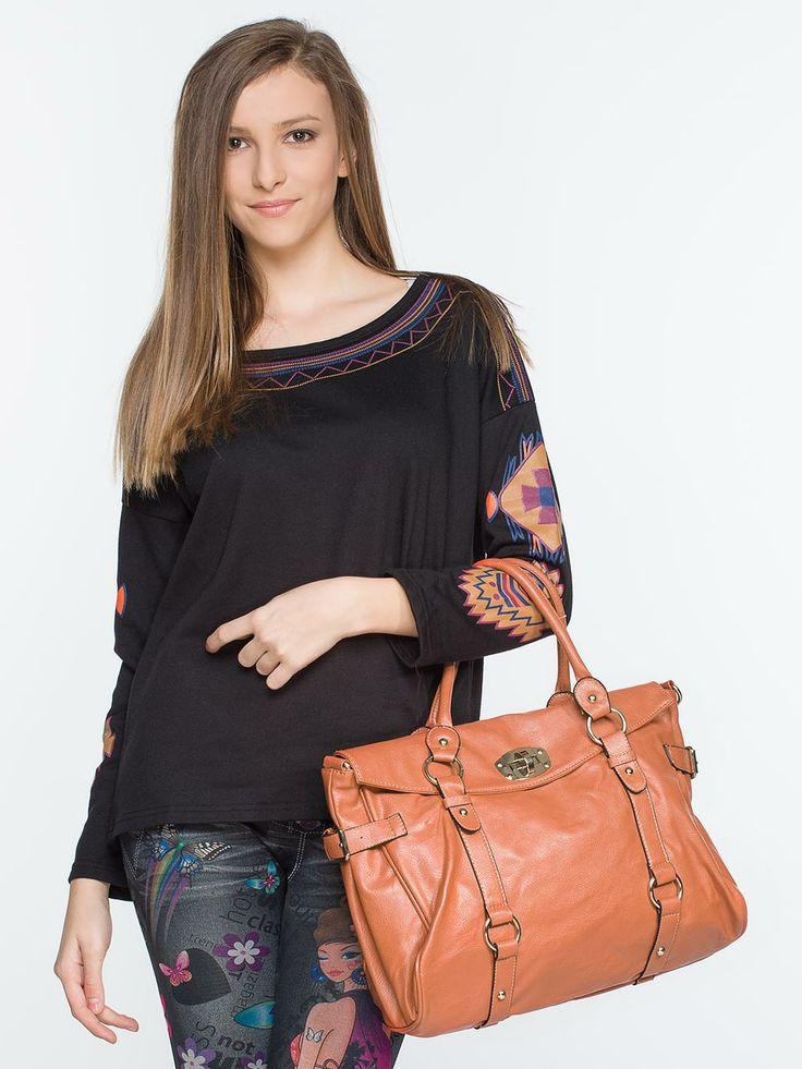 Τσάντα • Κατασκευασμένο από δέρμα • Διακοσμητικές ραφές στο μπροστινό μέρος του μοντέλου • Δύο πλαϊνές τσέπες • Κοντά και μακριά λαβή #fashion #koketa #tsanta