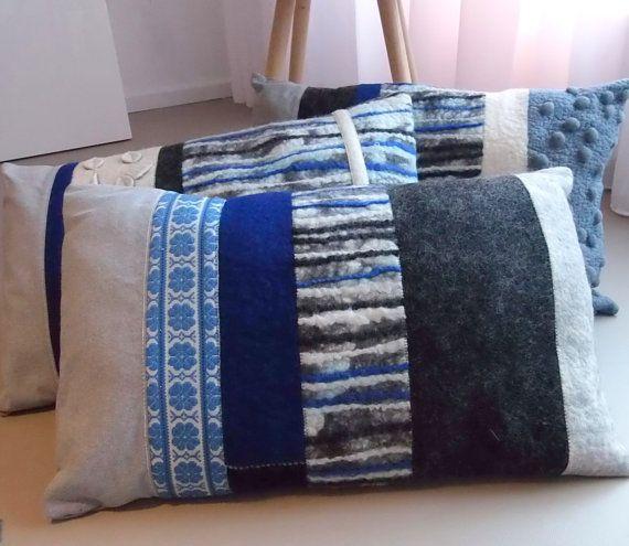 kussen van handgemaakt vilt en licht blauwe katoen. door Anmoons