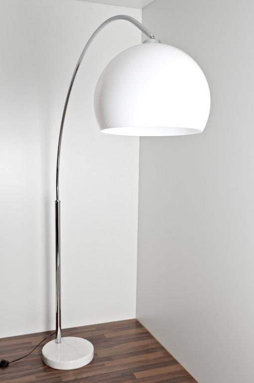 Stehlampe mit weißem Glasschirm