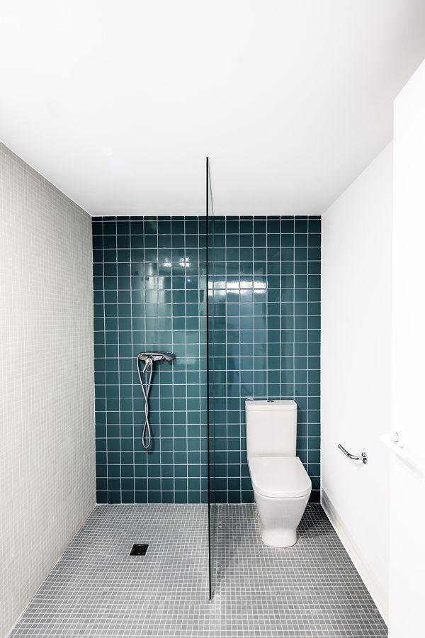 Baño alicatado azul / Salón suelo microcemento / Una reforma que con pequeños gestos consigue grandes cambios #hogarhabitissimo