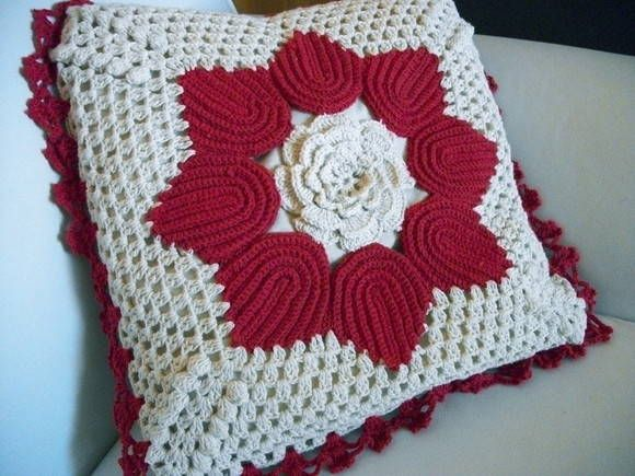 Gorgeous crochet pillow cushion                                                                                                                                                                                 Mais