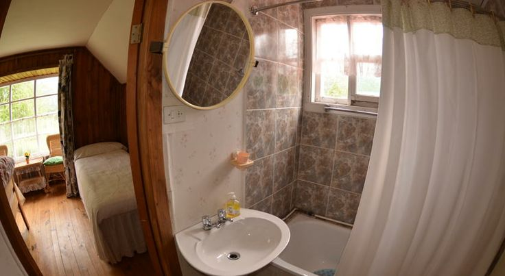 Private bathrooms at the bed & breakfast. http://hostallagringacarioca.cl/