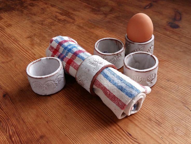 Zweedse handgemaakt aardewerk servet ring of egg door NillaPottery