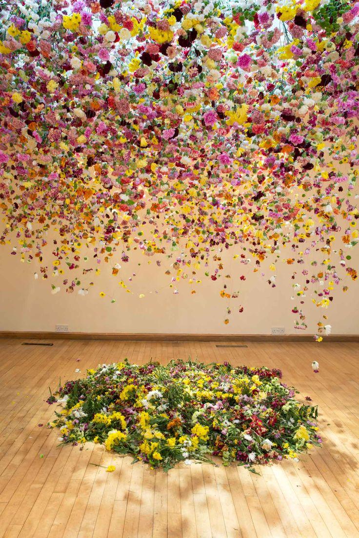#Deco Rebecca Louise Law est une artiste qui nous vient de #Londres connue pour sa transformation d'espaces en utilisant des milliers de fleurs suspendues.