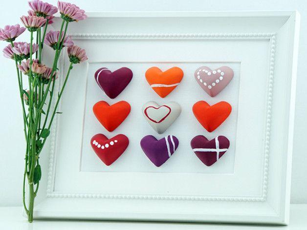 Süßes Herz Bild. Das Bild wird in liebevoller Handarbeit hergestellt. Die Herzen werden aus Gips selbst gegossen, liebevoll bemalt und beklebt und zu einem Gesamtbild zusammen gefügt. Das Bild eignet sich als schöne Deko, egal in welchem Raum, für Dich oder als Geschenk für einen lieben Menschen zur Hochzeit, Weihnachten, Geburtstag, Jahres- oder Valentinstag.