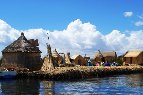 Eine solche schwimmende Insel ist die Heimat der Urus. Im Blog könnt ihr lesen, was unsere Reisespezialisten auf ihrer Peru & Brasilien Reise noch alles erlebt hat. #Peru #Brasilien #erlebeFernreisen #Blog