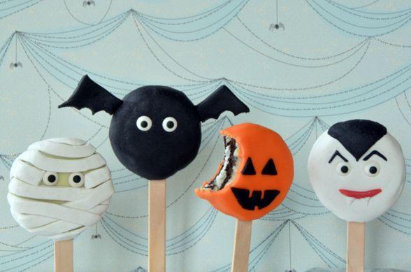 Déguisez des biscuits Oréo pour Halloween : une idée pratique et super facile ! http://turbigo-gourmandises.fr/sucettes-biscuits-oreo-halloween/