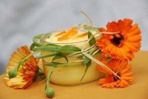 Ringelblumensalbe selber machen: Mit nur wenigen Zutaten gesunde und sanfte Medizin aus dem eigenen Garten herstellen. Wie es geht, lesen Sie hier.