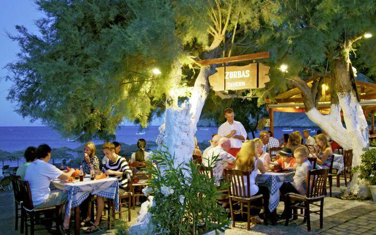 På de græske øer finder du mange hyggelige restauranter og taverner, som ligger med en skøn udsigt over havet. Se mere på www.apollorejser.dk/rejser/europa/graekenland