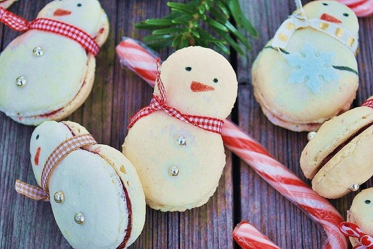Snowman christmas macarons with Austrian Linzer filling. Red currant and cinnamon for a sweet and special Christmas time
