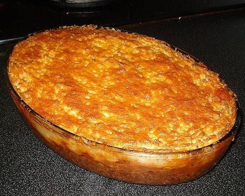 Ovenschotel ; gehakt, groenten, kaas, kruiden en gegratineerde aardappelpuree