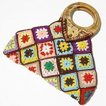 Bolsas feitas com quadrados de crochê