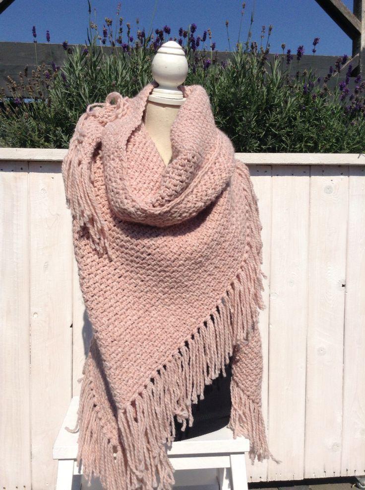 Oud roze warme omslagdoek, Gemaakt met Julia van de Zeeman, naald 8, granietsteek