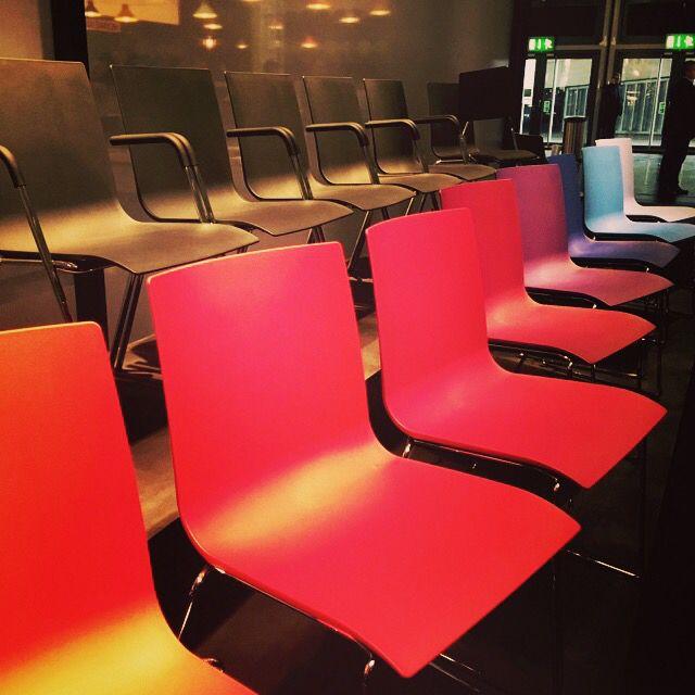 Leuke gekleurde stoelen van Thonet op de Orgatec beurs.