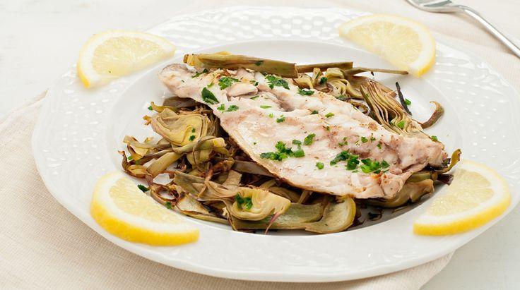 Olio di oliva, verdure, pesce, erbe aromatiche, la ricetta rispecchia la buona cucina mediterranea sotto tutti i punti di vista. Il Branzino con Carciofi è.