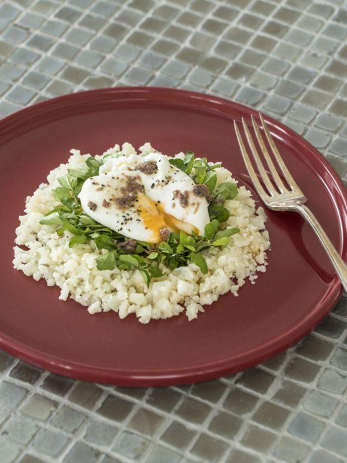 ごはんのかわりにカリフラワーを使った「カリフラワーライス」。とろっとろのポーチドエッグを添えれば、ヘルシーで食べごたえのあるひと皿に。>>動画で作り方を見る|『ELLE a table』はおしゃれで簡単なレシピが満載!