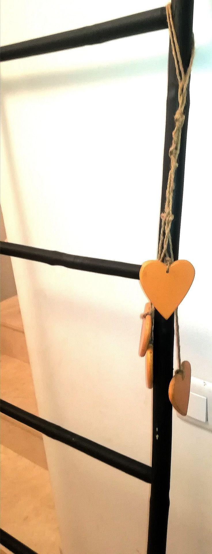 """Escalera Toallero pintada en """"Casi Negro"""" de Auténtico Chalk Paint.  Las personalizados del color que más te guste. Consulta nuestra paleta de colores..."""