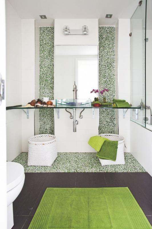 Color de baño / sanitarios de baño / bañeras baño: Colores verdes en Primavera! Bonita combinación de mosaicos en tonos verdes combinado con el Blanco brillo y el suelo en madera vengué. Muy alegre! #decoración #baños