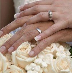 Twee handen met ringen op bos witte rozen. Romantische trouwkaarten voor de mooiste dag van je leven! http://www.trouwpost.nl/trouwkaarten/romantisch