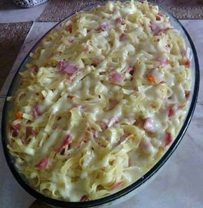 Ingredientes 500 g de macarrão, tipo talharim 3 dentes de alho, picados 200 g de presunto, picado em cubinhos 200 g de queijo prato, picado em cubinhos 1 lata de seleta de legumes 1 lata de milho verde (opcional) 1 vidro pequeno de maionese Sal a gosto Modo de Preparo Cozinhe o talharim al dente.…