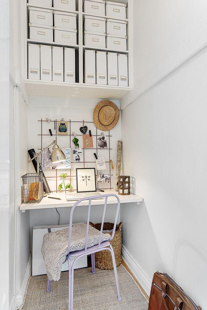 Arbetsplats-armeringsjarn-armering-armeringsnat-skrivbord-stol-lila-korg-portfolj-hatt-vykort-hylla-hyllplan-box-forvaringsbox - My home
