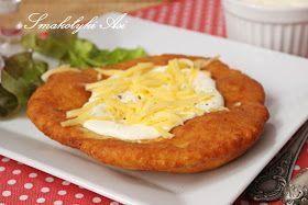 Langosze to tradycyjne węgierskie placki przygotowane z ciasta drożdżowego z dodatkiem ziemniaków. Zwykle podaje się je ze śmietaną lub so...