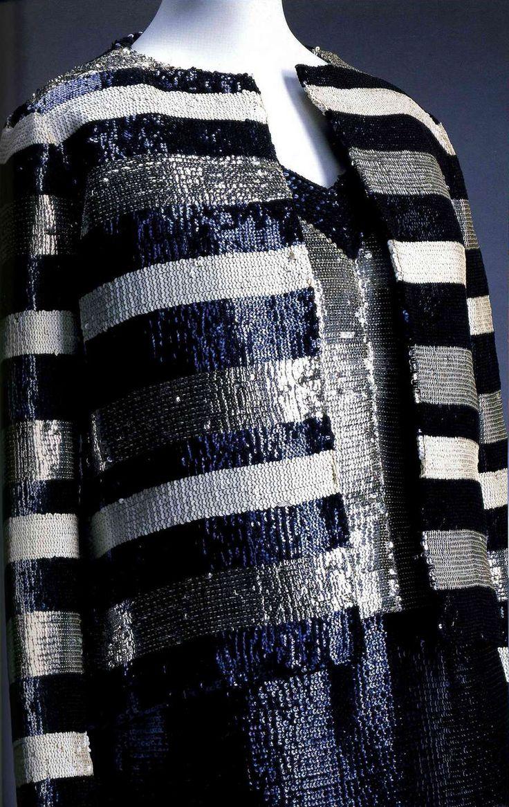 Жакет и платье. Ив Сен-Лоран, 1967. Жакет вышит темно-синими, голубыми и серебряными блестками в виде полос. Платье: V-образный вырез, серебристый топ, темно-синяя юбка с вышивкой блестками.