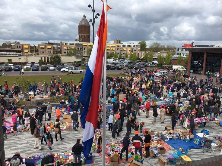 Koningsdag in Drechterland: Aubades, vele activiteiten, gezelligheid, elkaar ontmoeten. Zoals hier op de rommelmarkt in Hoogkarspel