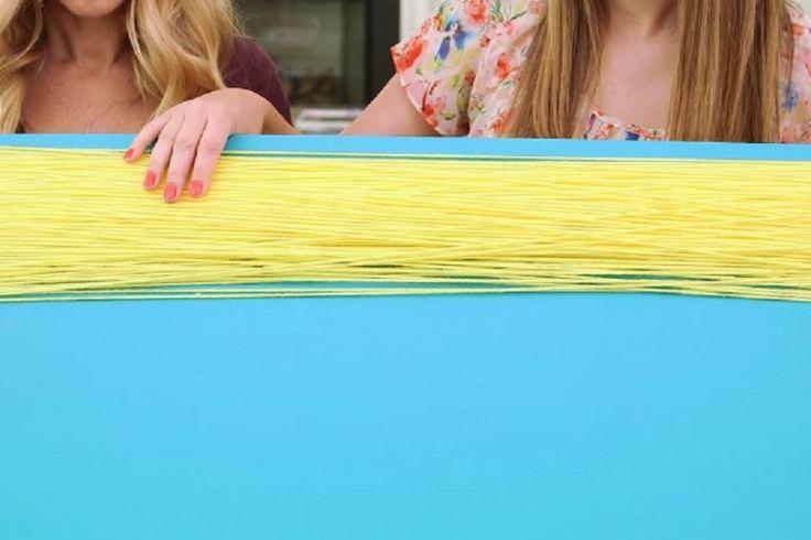 Elle enroule de la laine autour d'un grand carton... Le rêve de toutes les petites filles!!!