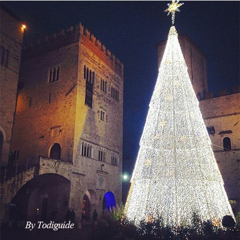 Christmas 2014 in #Todi! Amazing Xmas tree on Piazza del Popolo. Not to be missed! In #Umbria, of course.